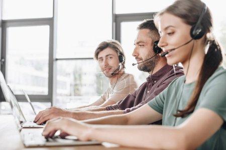 Foto de Joven equipo de gestores de centro de llamadas trabajando juntos en la oficina moderna - Imagen libre de derechos