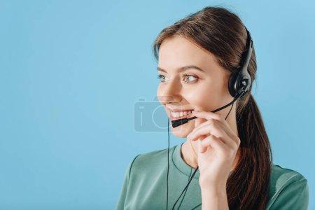 Photo pour Jeune femme souriante assistance hotline travailleur isolé sur bleu - image libre de droit
