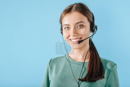 Photo pour Attrayant sourire travailleuse du centre d'appels regardant la caméra isolée sur bleu - image libre de droit