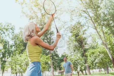 Photo pour Couple jouant au badminton en plein air en été - image libre de droit