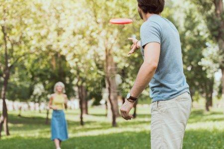 Photo pour Jeune couple jouer frisbee dans le parc en été - image libre de droit