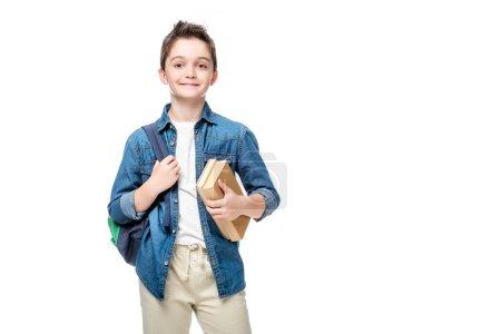 niño con mochila y libros aislados en blanco