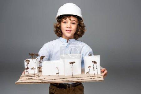 Foto de Colegial en el vestuario del arquitecto con el modelo de edificios aislados en blanco - Imagen libre de derechos