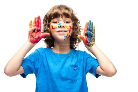 Photo pour Écolier drôle montrant peint mains avec icônes smiley isolés sur blanc - image libre de droit