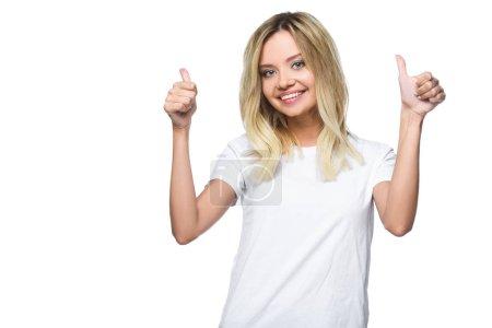Portrait de jolie fille en chemise blanche montrant des pouces en haut isolé sur blanc