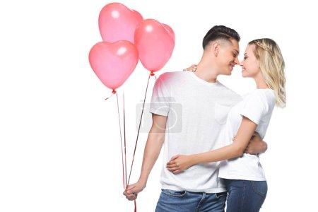 Photo pour Couple va embrasser, petit ami tenant paquet de ballons en forme de coeur isolé sur blanc - image libre de droit