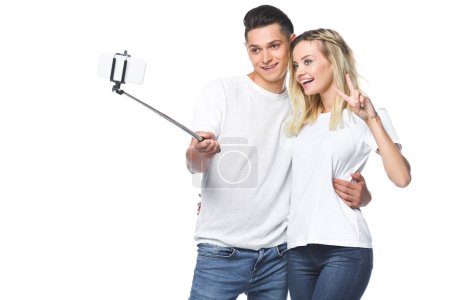 Photo pour Sourire de photo prise de couple avec smartphone et selfie bâton isolé sur blanc - image libre de droit