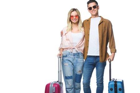 Photo pour Jeune couple souriant avec des valises regardant la caméra isolée sur blanc - image libre de droit