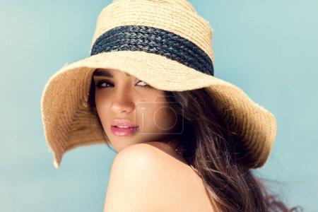 Photo pour Jolie jeune fille qui pose en chapeau de paille à l'heure d'été - image libre de droit