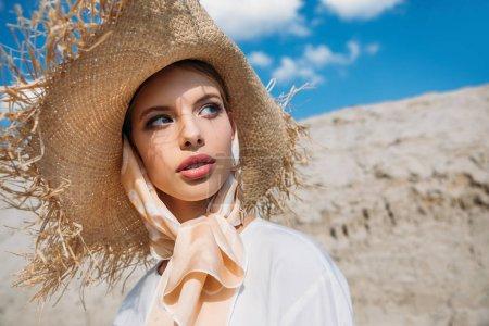 Photo pour Belle jeune femme élégante qui pose en mode foulard en soie et chapeau de paille - image libre de droit