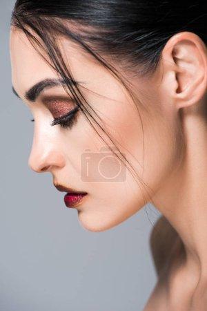 Photo pour Portrait de profil de jolie fille avec maquillage, isolé sur gris - image libre de droit