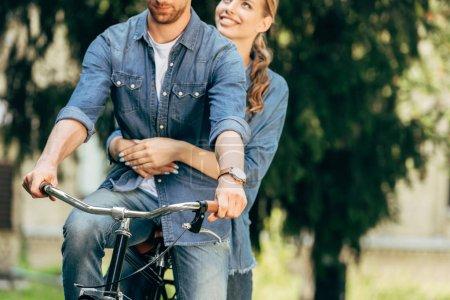 Foto de Recortar foto de pareja joven bicicleta juntos en el Parque - Imagen libre de derechos
