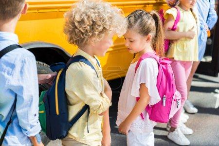 Photo pour Groupe d'élèves adorables debout près d'autobus scolaire - image libre de droit