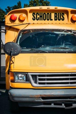 Photo pour Bus scolaire jaune américain traditionnel sur le parking - image libre de droit
