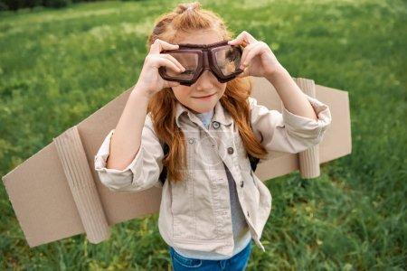 Photo pour Portrait de fillette en costume pilote, portez des lunettes de protection dans le domaine de l'été - image libre de droit