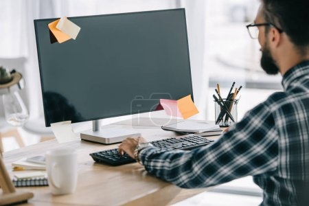 successful seo using computer with blank screen at workplace