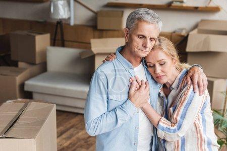 Foto de Vista de ángulo alto de malestar pareja senior abrazar y tomarse de las manos durante el traslado - Imagen libre de derechos