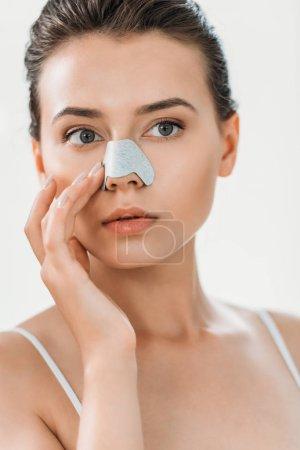 Photo pour Belle fille appliquant bande de nez dans la salle de bain - image libre de droit
