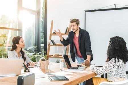 Foto de Multiethinc compañeros de trabajo de negocios tener conversación durante conferencia en la oficina - Imagen libre de derechos