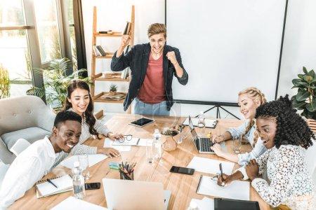 Foto de Equipo de negocio feliz multicultural con Conferencia en el lugar de trabajo en oficina - Imagen libre de derechos