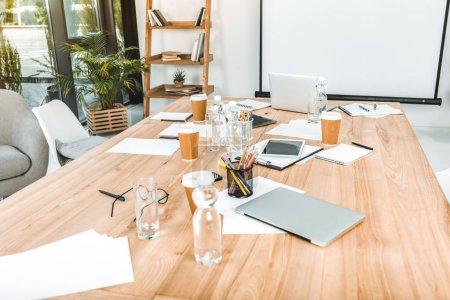 Photo pour Milieu de travail entreprise vide avec des gobelets jetables, appareils numériques et papiers au bureau - image libre de droit