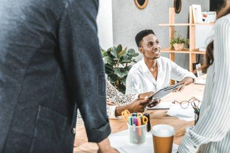Photo pour Homme d'affaires africain-américain à la réunion avec l'équipe au bureau - image libre de droit