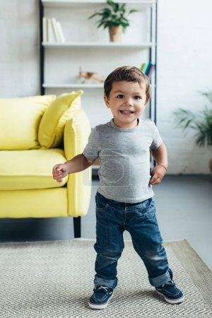 Photo pour Heureux enfant mignon, souriant à la caméra - image libre de droit