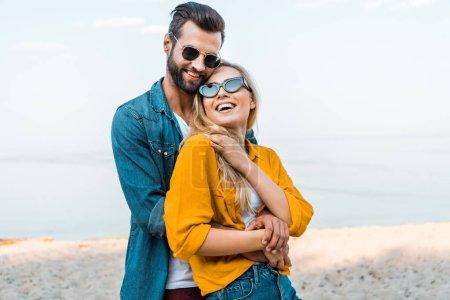 Photo pour Copain câlin rire copine sur la plage - image libre de droit