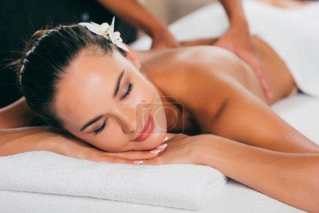 relajante mujer teniendo masaje en el salón de spa
