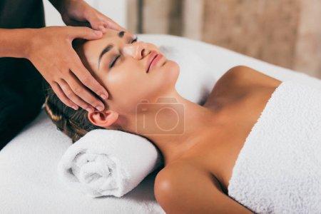 Photo pour Séduisante femme relaxante et ayant massage du visage dans le centre spa - image libre de droit