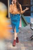 """Постер, картина, фотообои """"частичный вид на стильный женский покупателя с сумки говорить на смартфоне на городской улице"""""""