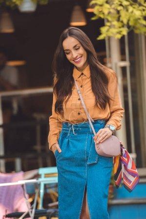 Foto de Feliz mujer joven moda elegante bolso de calle urbana - Imagen libre de derechos