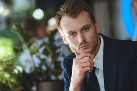 Portrait d'homme d'affaires pensif, regardant la caméra café