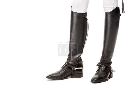 Photo pour Photo recadrée de cavalière debout dans des bottes de cuir isolés sur blanc - image libre de droit