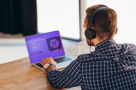 Photo pour Vue partielle de l'homme d'affaires dans l'utilisation du portable avec les meilleures boutiques de lettrage sur écran - image libre de droit