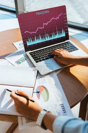 Photo pour Vue partielle de la femme d'affaires travaillant sur ordinateur portable avec échange de lettres sur l'écran au lieu de travail distant - image libre de droit