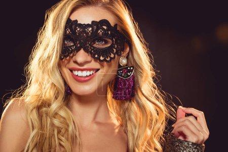 Photo pour Jolie fille joyeuse dans le masque de mascarade noir - image libre de droit