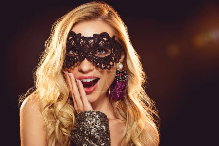 Photo pour Attrayant surprise fille dans carnaval masque regarder caméra - image libre de droit