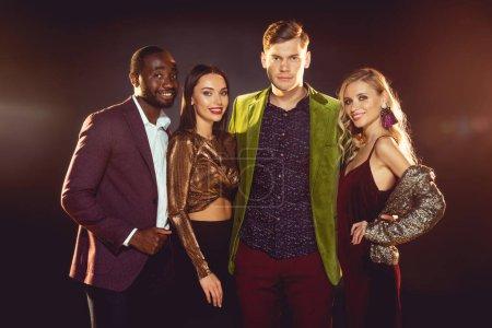 Photo pour Belles amis multiethniques glamours étreignant ensemble sur disco party - image libre de droit