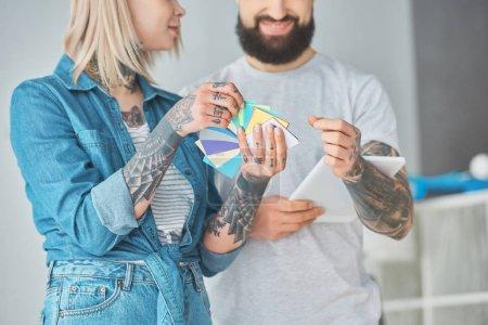 Foto de Toma recortada de feliz joven pareja elegir colores para la reparación de la casa - Imagen libre de derechos