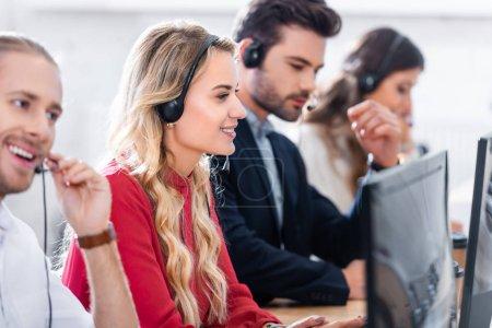 Photo pour Ciblage sélectif des opérateurs de centre d'appels travaillant sur le lieu de travail au bureau - image libre de droit