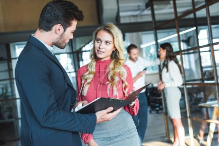 empresarios sobre trabajo colegas tener conversación detrás en oficina
