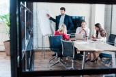 """Постер, картина, фотообои """"бизнесмен, указывая на пустой белой доски во время встречи в офисе"""""""