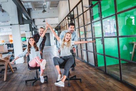 Foto de Gente de negocios jóvenes felices divertirse juntos en el espacio de trabajo - Imagen libre de derechos