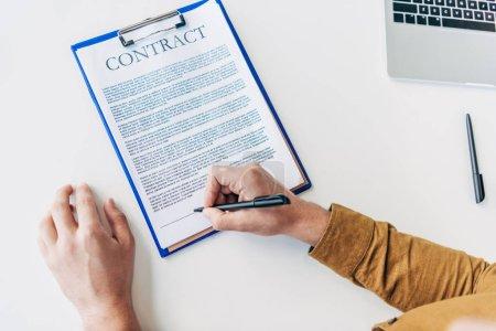 Photo pour Vue de dessus partielle du contrat de signataire affaires - image libre de droit