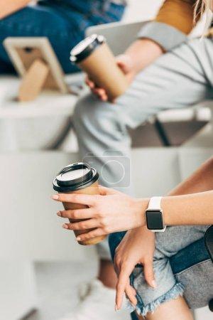 Photo pour Recadrée tir de collègues de travail tenant des tasses de café en papier - image libre de droit