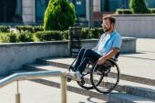 """Постер, картина, фотообои """"красавец в солнцезащитные очки с использованием инвалидной коляске по лестнице без рампы"""""""
