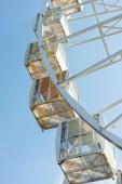 """Постер, картина, фотообои """"каюты колесо обозрения против голубого неба в парк развлечений"""""""