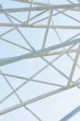 """Постер, картина, фотообои """"металлические части строительства наблюдений колесо против голубого неба в парк развлечений"""""""