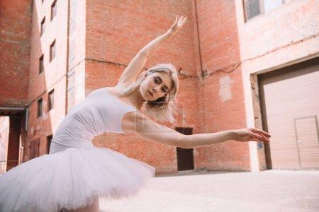 Foto de Vista de ángulo bajo de joven bailarina mirando a cámara mientras se baila en la calle - Imagen libre de derechos
